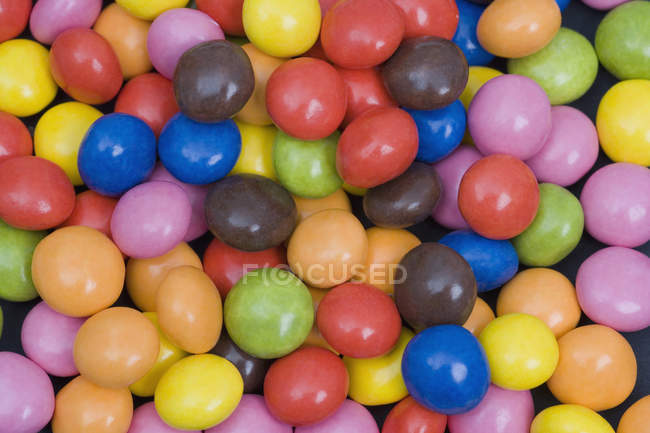 Tiro de quadro completo de doces de chocolate gotas — Fotografia de Stock