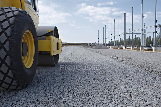 Поверхности уровня вид каток на гравийной дороги — стоковое фото