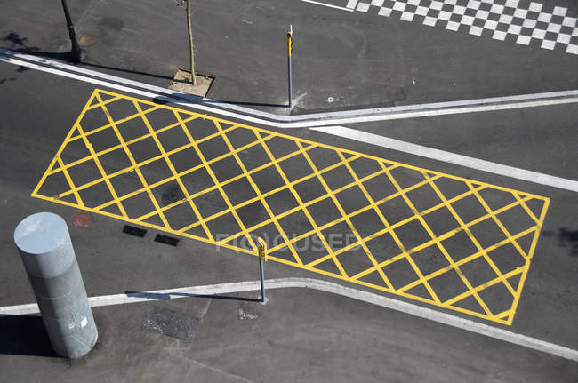 Yellow lines on street to mark 'no-stopping area' — Stock Photo