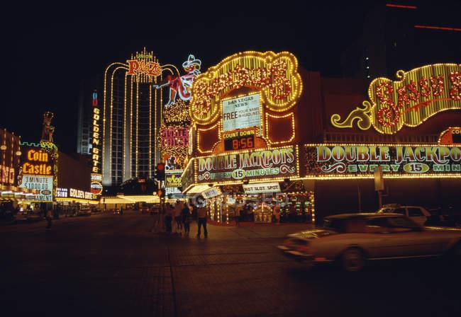 Scena della via con neon segni sulle facciate di casinò — Foto stock
