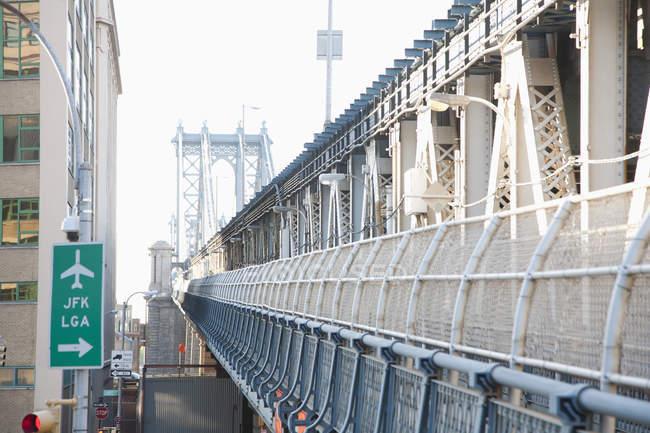 Segno dell'aeroporto al lato esterno della barriera del ponte — Foto stock