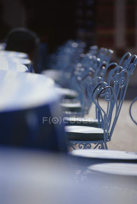 Ряд стулов богато в открытом кафе — стоковое фото