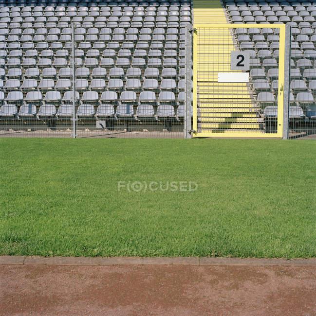 Проход и свободные места на стадионе — стоковое фото