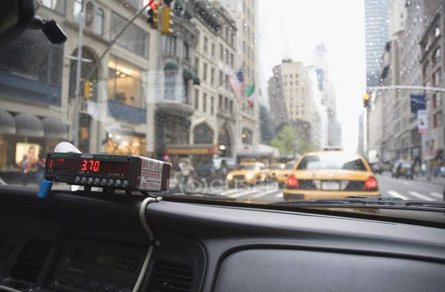 Приладна дошка і лічильника всередині таксі, Нью-Йорк — стокове фото