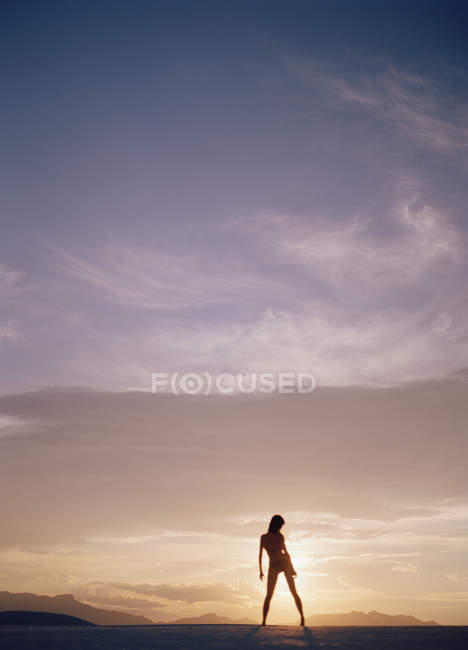 Silhouette of woman at sunset — Stock Photo