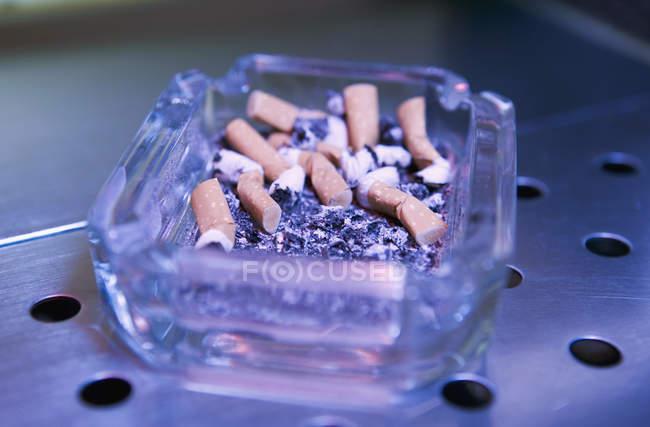 Cinzeiro cheio de pontas de cigarro e cinzas — Fotografia de Stock