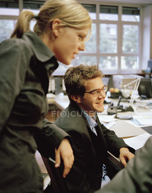 Офіс колег, що зібралися за столом — стокове фото