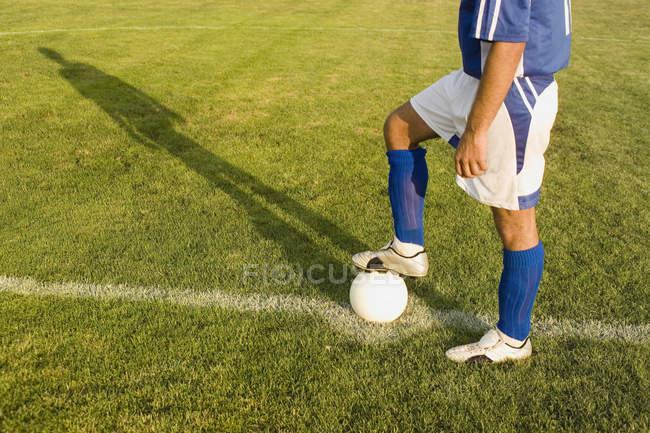 Unterteil des Fußballers mit Fuß auf Ball — Stockfoto