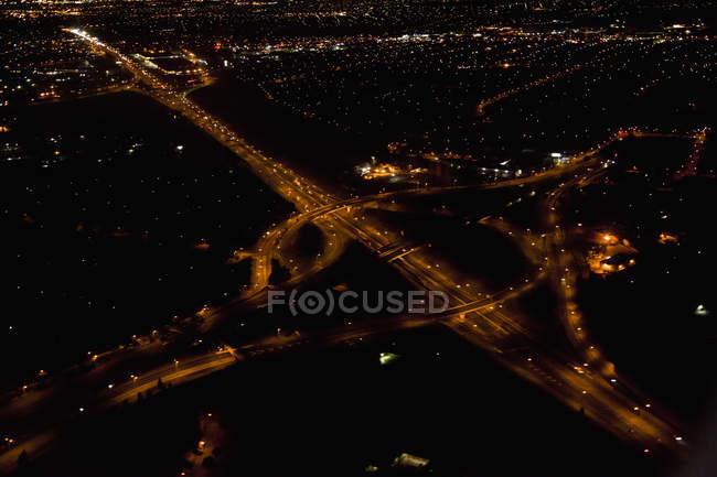 Vista aérea da estrada iluminada à noite — Fotografia de Stock