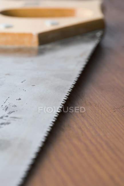 Chiuda sulla vista della lama della sega sul tavolo — Foto stock