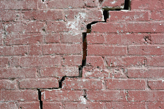 Crack running through red brick wall — Stock Photo