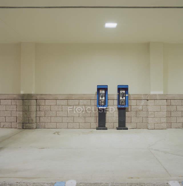 Dois telefones públicos lado a lado na passagem subterrânea — Fotografia de Stock