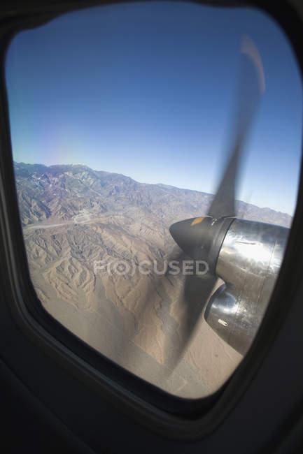Hélice de avião girando vista da janela com vista — Fotografia de Stock