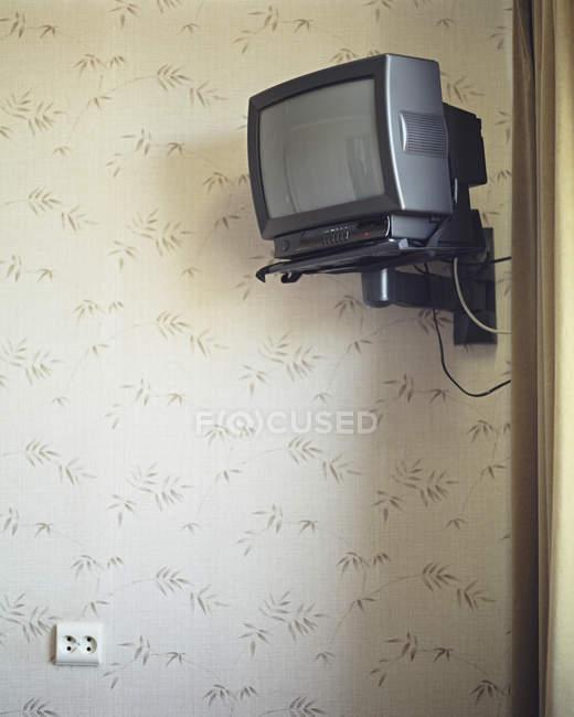 Televisão, montado na parede do quarto de hotel — Fotografia de Stock