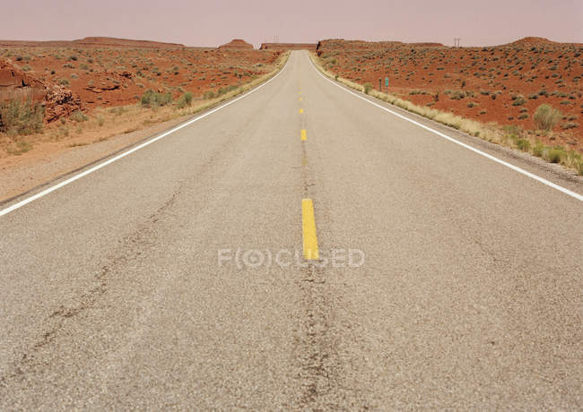 Diminishing perspective view of desert highway — Stock Photo