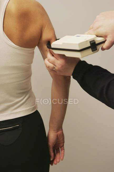 Будучи вимірюється з супорт жиру в організмі — стокове фото