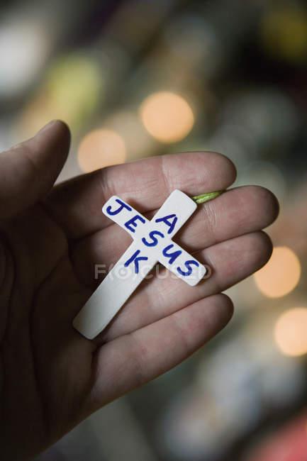 Person mit kleinem Kreuz mit Text. Jesus fragen? — Stockfoto