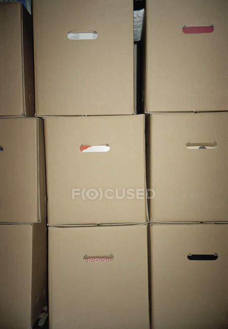 Plan plein cadre de boîtes en carton communes empilées — Photo de stock
