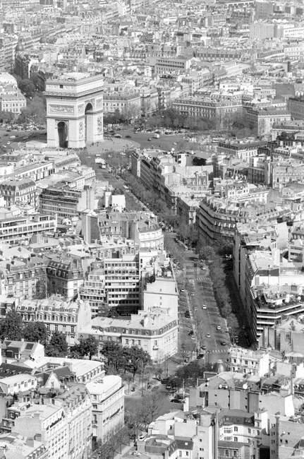 Aerial cityscape looking towards Arc de Triomphe, Paris, France — Stock Photo