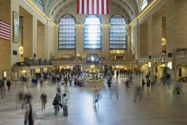 Uma multidão de pessoas na Grand Central Station, Nova Iorque, EUA — Fotografia de Stock