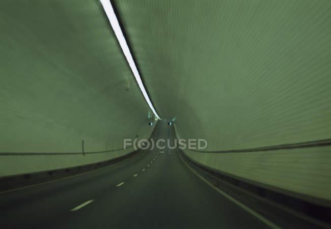 Leere Verkehr Tunnel mit gefliesten Wänden — Stockfoto