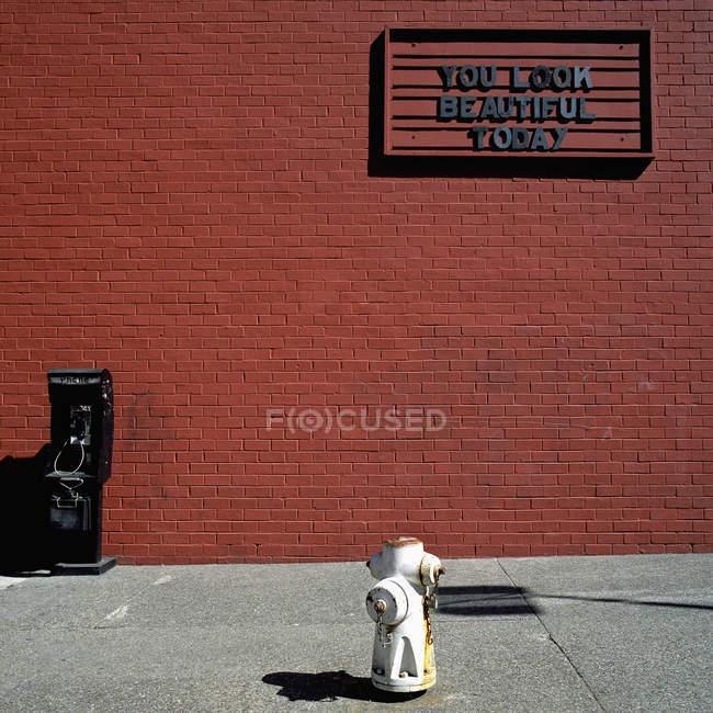 Um sinal lendo Você está linda hoje em uma parede de tijolo vermelho — Fotografia de Stock