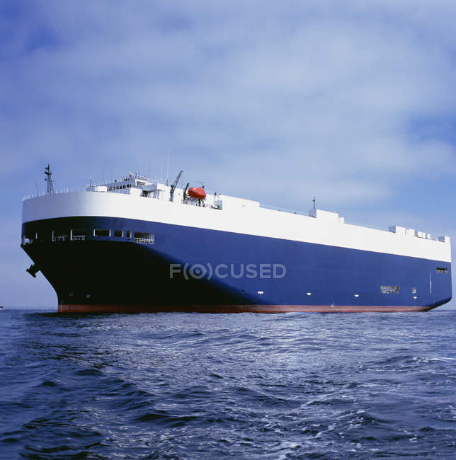 Живописный вид на грузовое судно в море — стоковое фото