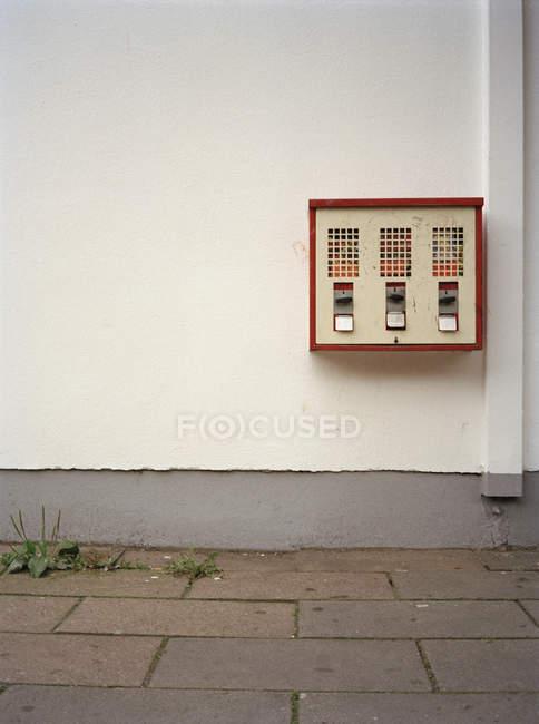 Gumball máquina na parede na cena de rua — Fotografia de Stock