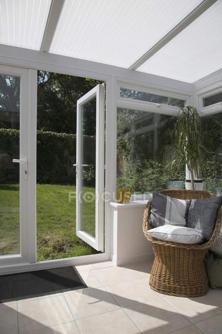 Giardino d'inverno con una porta aperta che conduce al cortile — Foto stock