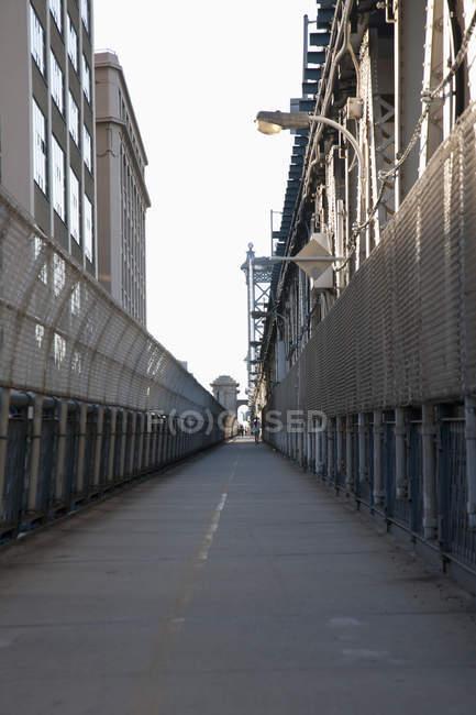 Jogger de paseo peatonal en el puente de Manhattan - foto de stock