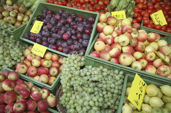 Frutta assortita in casse al banco del mercato — Foto stock