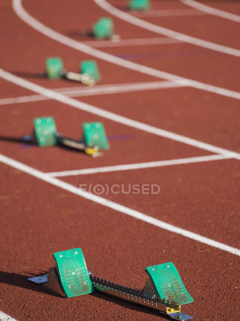 Starting blocks positioned on running track — Stock Photo