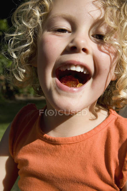 Ritratto di bambina con la bocca piena di gelatina — Foto stock