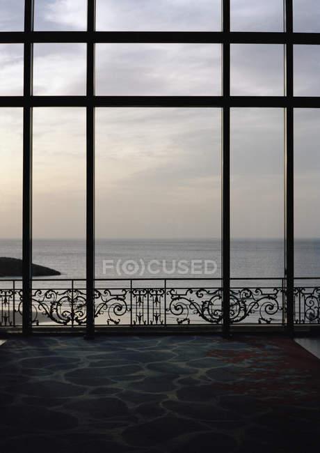 Blick durch Fenster auf ruhige Meereslandschaft — Stockfoto