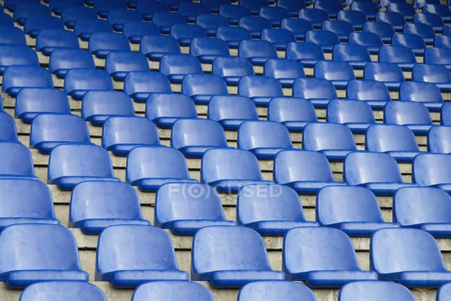 Rangées de sièges vides dans le stade de sport — Photo de stock