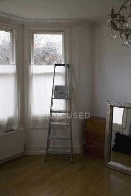 Échelle devant la fenêtre pendant le déménagement — Photo de stock