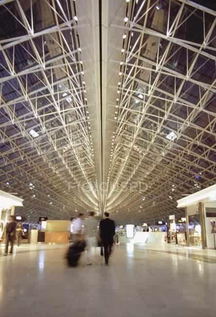 Фойе в аэропорту Шарль де Голль, Париж, Франция — стоковое фото