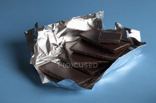 Купу темного шоколаду в фольга пакувальна — стокове фото