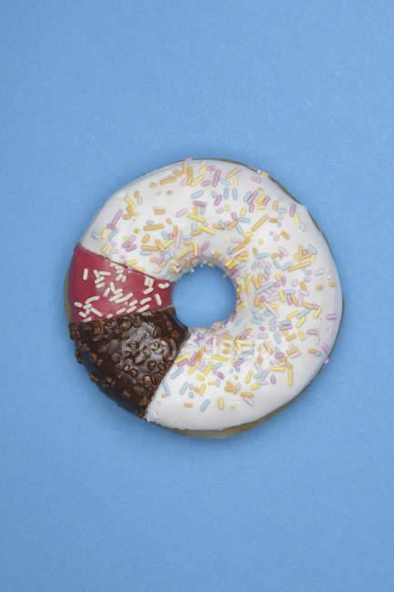 Пончик из различных частей на синем фоне — стоковое фото