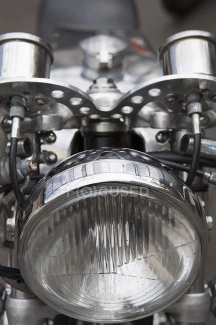 Закрыть передний свет на мотоцикле — стоковое фото