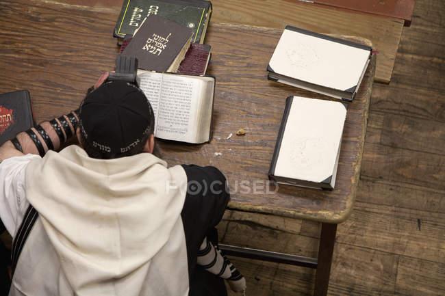 Über den Kopf Ansicht der jüdischen Mann mit Tefillin religiösen Gebet-Buch lesen — Stockfoto