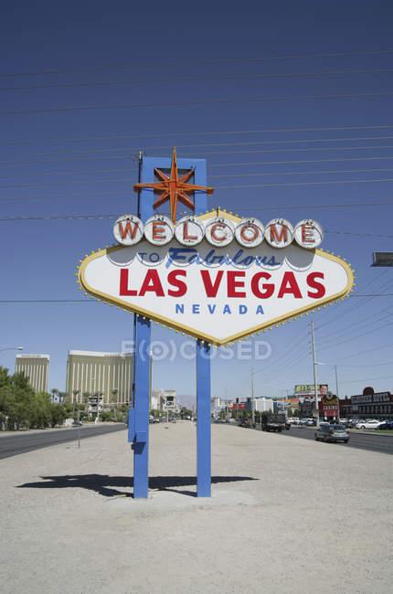 Benvenuti al cartello stradale di Las Vegas contro il cielo blu — Foto stock