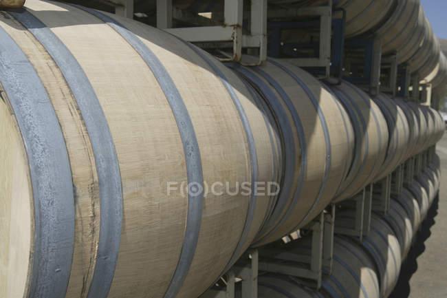 Linhas de barris de vinho ao ar livre — Fotografia de Stock