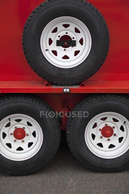 Close-up vista das rodas do reboque do caminhão vermelho — Fotografia de Stock