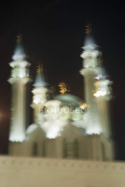 Plan déconcentré de la mosquée Qolsharif contre le ciel nocturne — Photo de stock