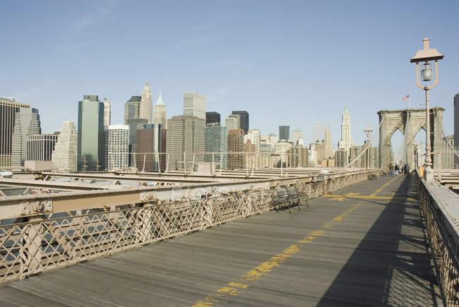 Brooklyn Bridge avec des gratte-ciel de New York en arrière-plan, New York, États-Unis — Photo de stock