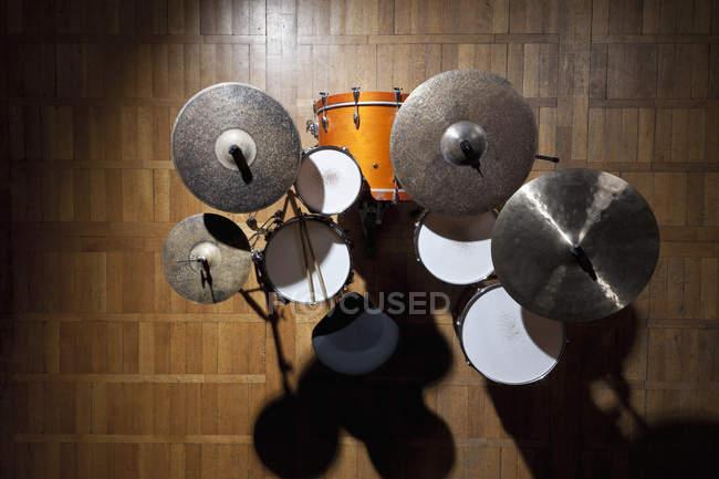 Непосредственно над видом затененный барабана комплект на сцене в центре внимания — стоковое фото