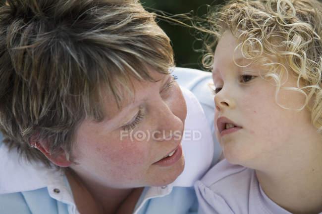 Nahaufnahme von Mutter und Tochter von Angesicht zu Angesicht — Stockfoto