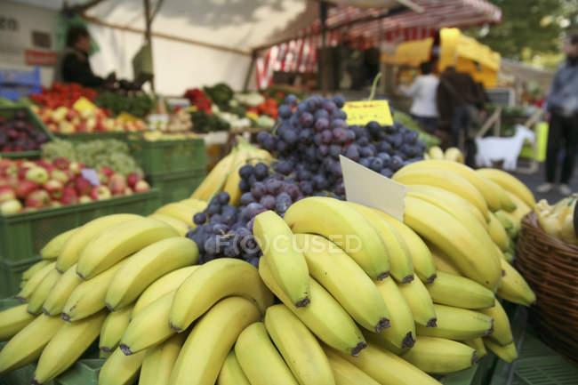 Банани, виноград, на позабіржовому ринку — стокове фото