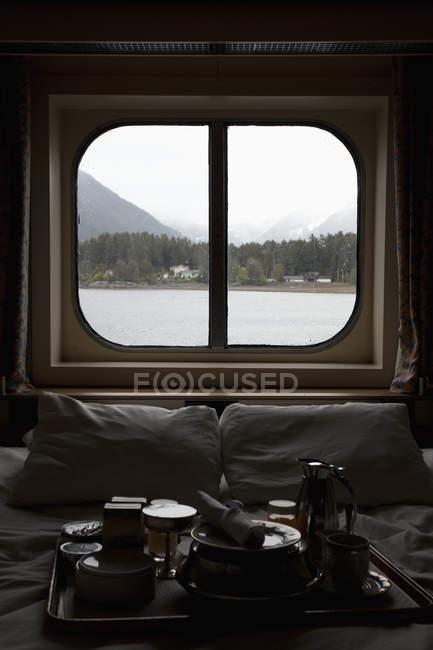 Vista de Alaska a través de la ventana del dormitorio del barco de pasajeros - foto de stock